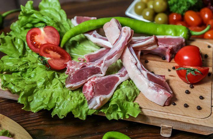 رؤية إعطاء اللحم النيء في المنام للحامل