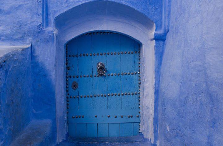 تفسير حلم شخص فتح الباب للعزباء