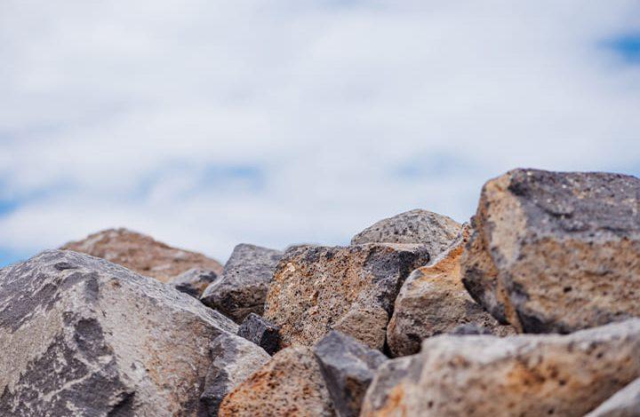 الحجر في المنام للعزباء