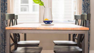 الجلوس على طاولة مع شخص في المنام