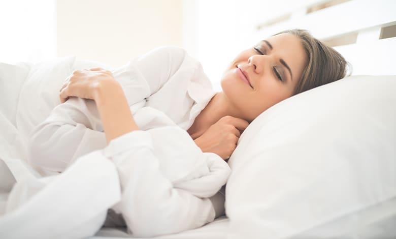 تفسير حلم النوم بجانب الحبيب للعزباء