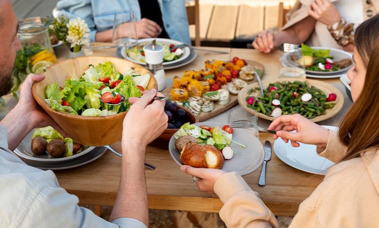 تفسير حلم الأكل مع الميت في إناء واحد